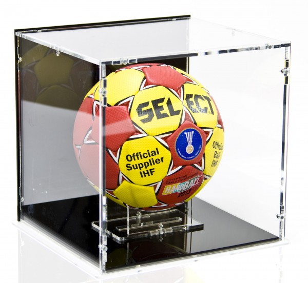 Handball Vitrine mit schwarzem Boden und schwarzer Rückwand